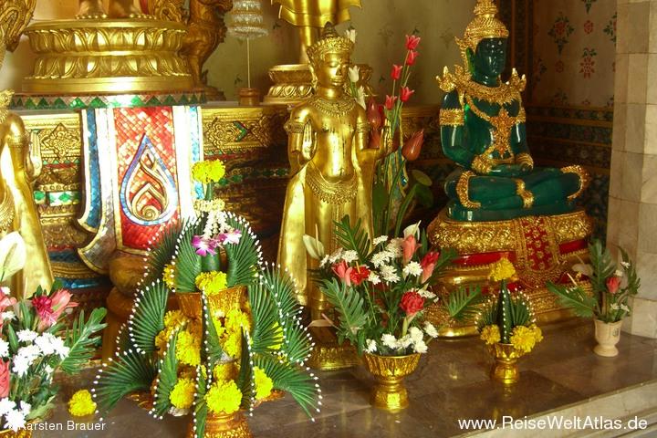 Blumen und Jadebuddha