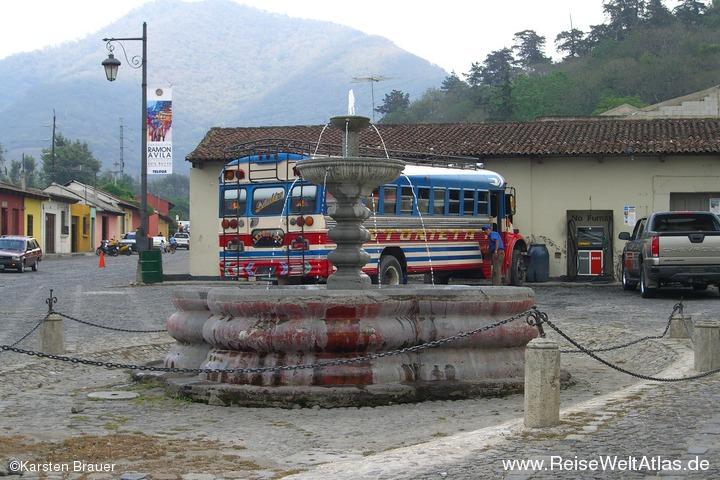 Brunnen vor Bus
