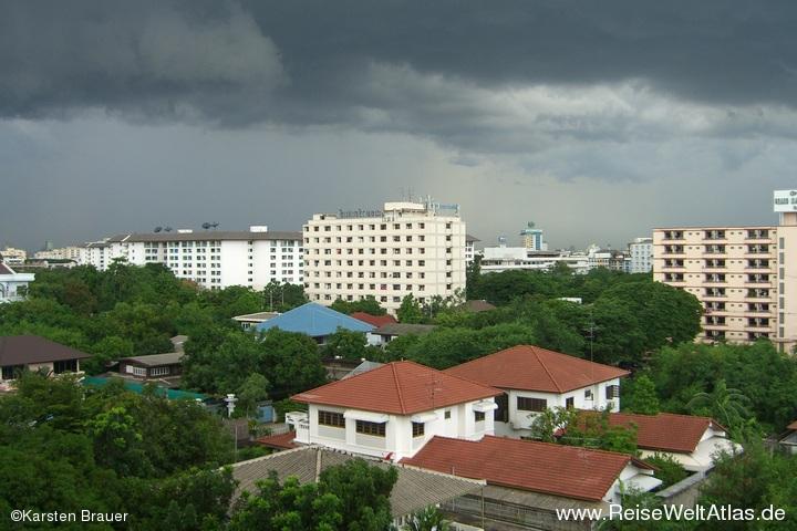 Dunkle Wolken ueber Bangkok