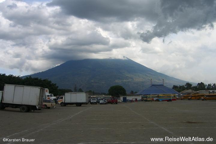 Ein Zirkuszelt vorm Vulkan