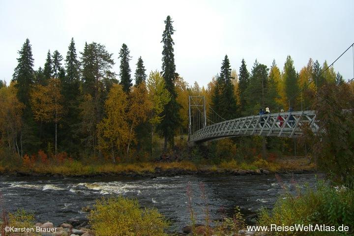 Hängebrücke am Fluss