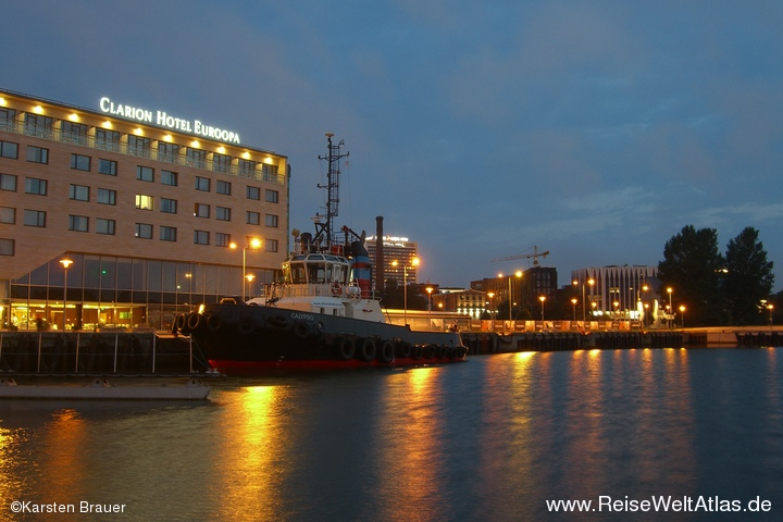 Hafenbecken bei Nacht