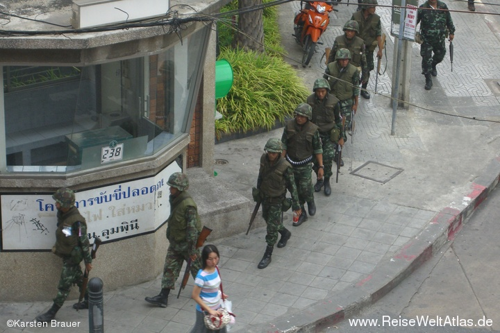 Soldaten im Gänsemarsch