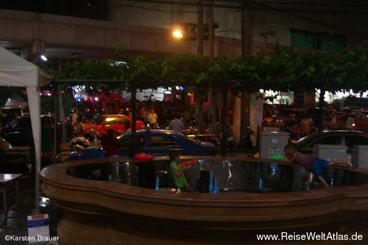 Songkran, Rot, Nacht