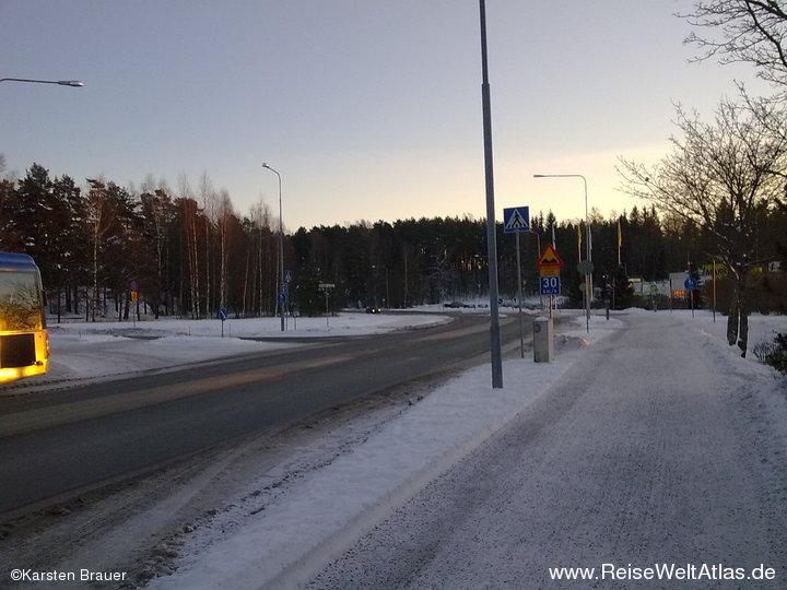 Straße und Fußweg