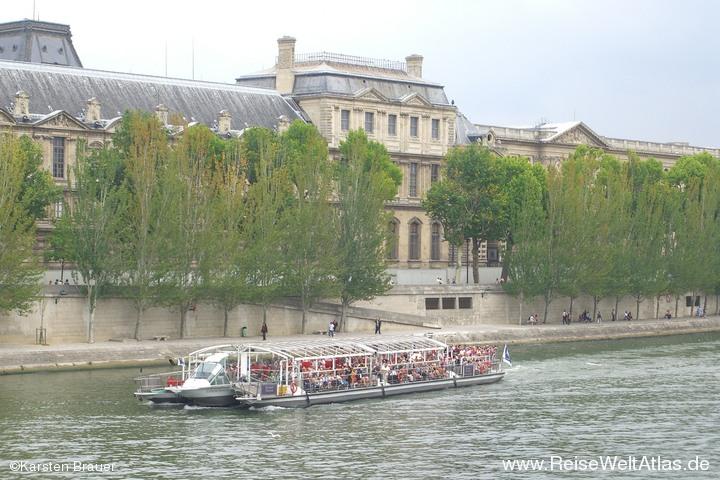 Touristenbomber auf der Seine